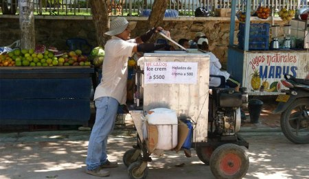 Street vendors in Taganga - Image courtesy of Mar Azul Adventures